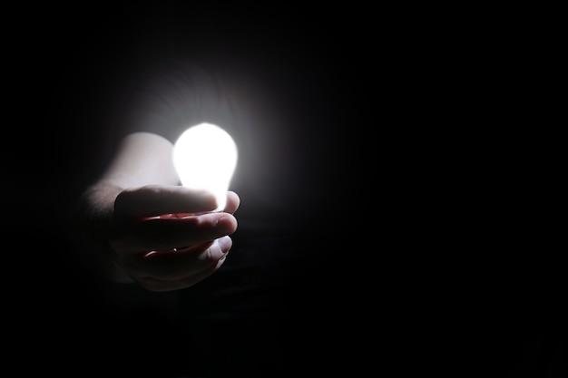 남자는 손에 글로우 램프를 잡고