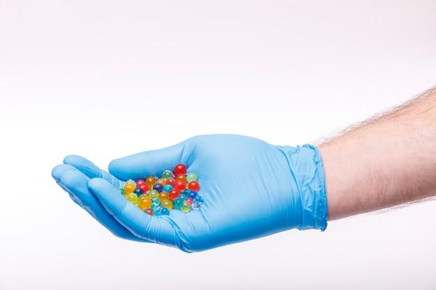 男は医療用インフルエンザの薬や治療薬の概念の用量を保護手袋で手に保持します。コロナウイルスの問題とcovid-19保護の概念。