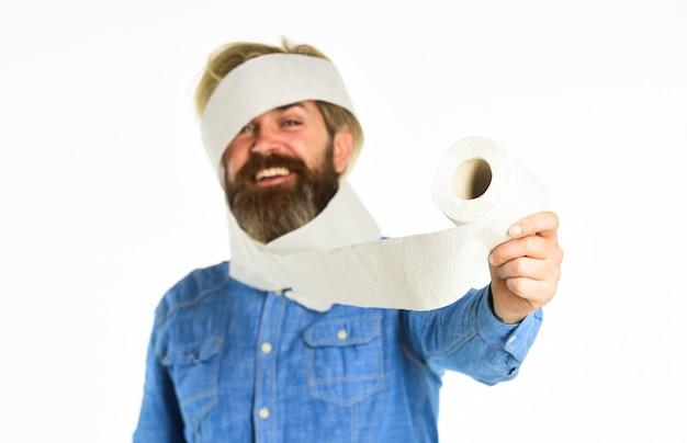 Мужчина держит туалетную бумагу hipster guy развлекается мягкость, прочность и впитываемость предотвратить