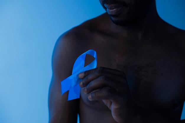Мужчина держит голубую ленту