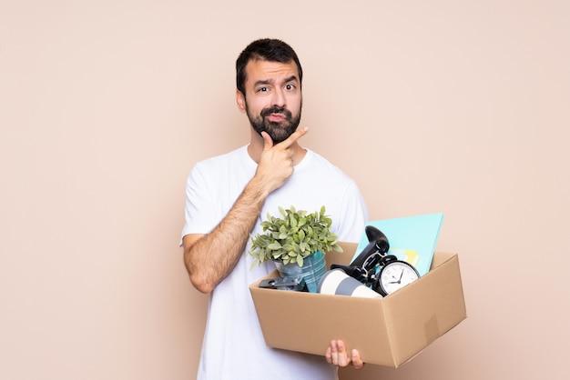 Укомплектуйте личным составом держать коробку и двигать в новый дом над изолированным думать предпосылки