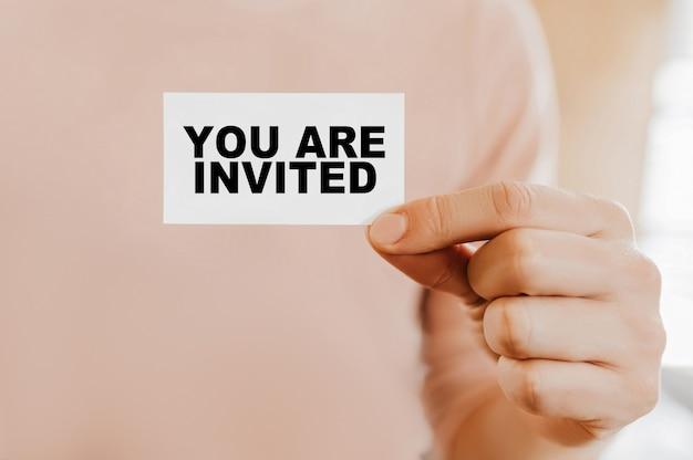 あなたと名刺を持っている男が招待されています