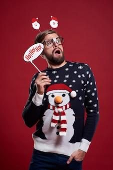 Мужчина держит рождественскую маску изолированной