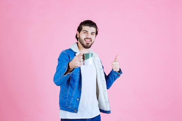 コーヒーカップを持って味を楽しんだ男