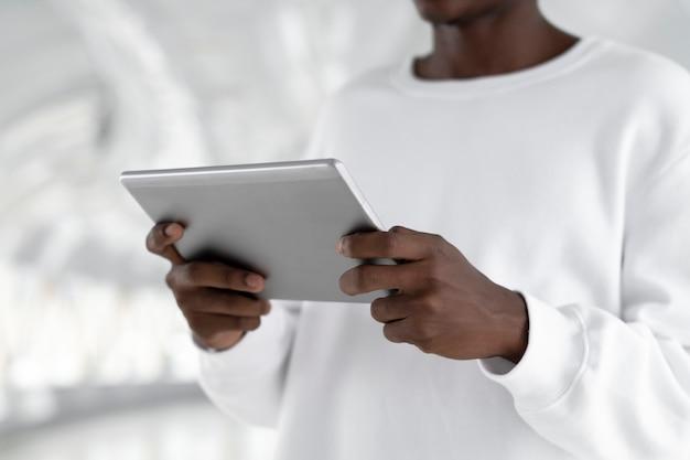 Мужчина держит цифровой планшет