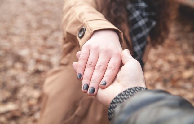 여성의 손을 잡고 남자입니다.