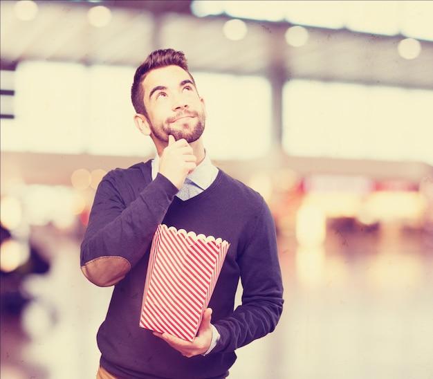 ポップコーンのパケットを保持している男