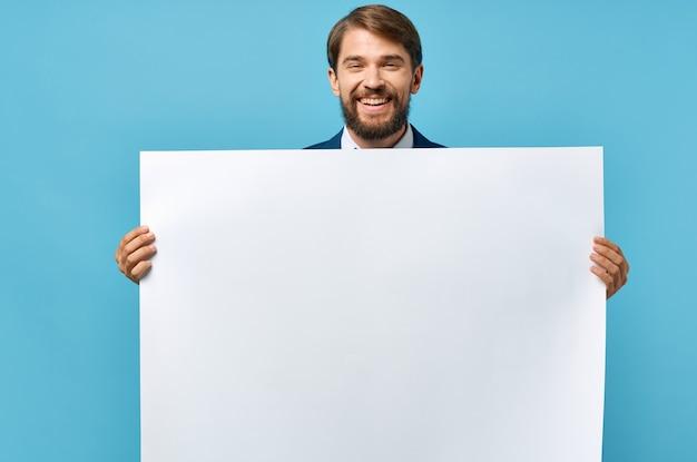 Мужчина держит рекламный плакат