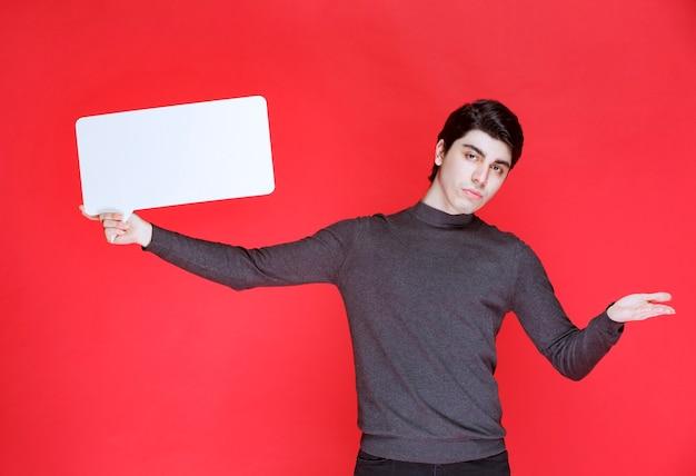 プレゼンテーション用の長方形のアイデアボードを持っている男