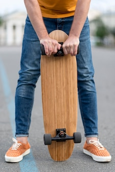 スケートボードを持って男