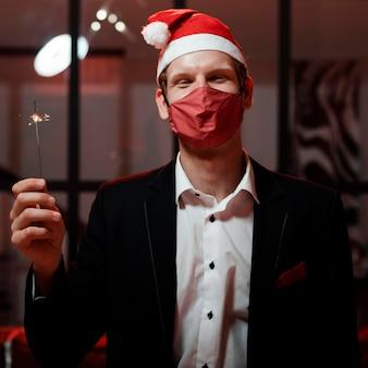 大晦日のパーティーで線香花火を持っている男