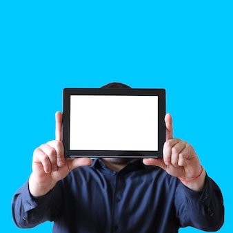 手にタブレットを持っている男。顔の代わりに画面。新技術コミュニケーション。スペースの場所をコピーします。青い背景で隔離。