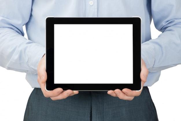 Мужчина держит планшет с пустым экраном
