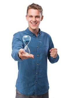 Человек держит песочные часы