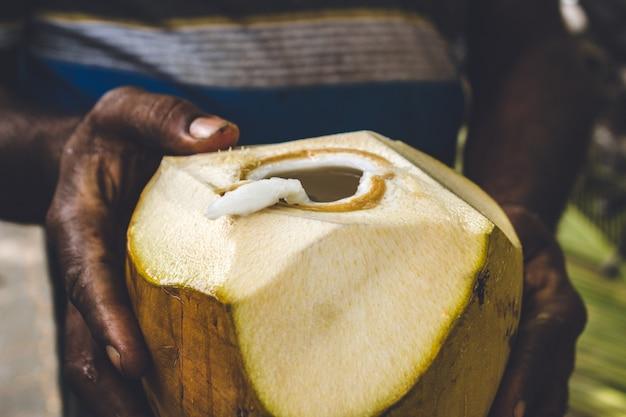 열린 코코넛을 들고 남자