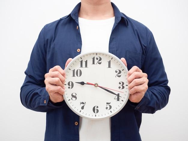 Человек, держащий аналоговые часы в руке, кадрирование выстрел поздно концепция белый фон