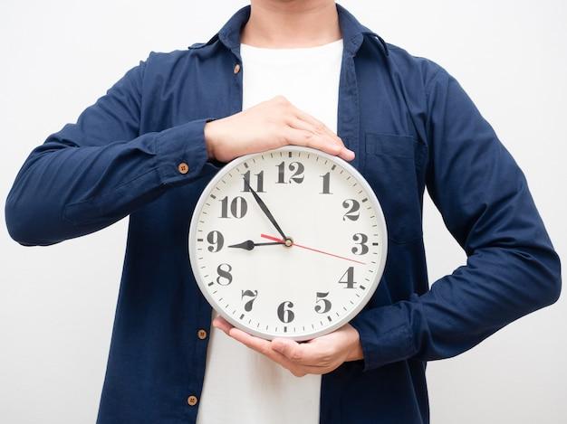 Человек, держащий аналоговые часы в руке, концепция рабочего времени, кадрирование