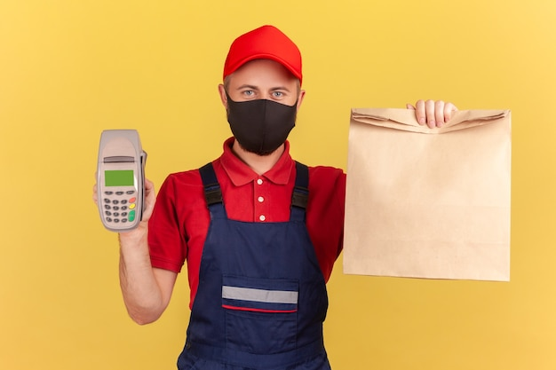 紙袋と決済端末の非接触型決済配信サービスを持って見せている男性
