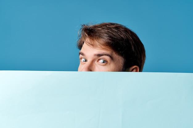 青いバナー広告マーケティング青い背景青い背景を保持している男
