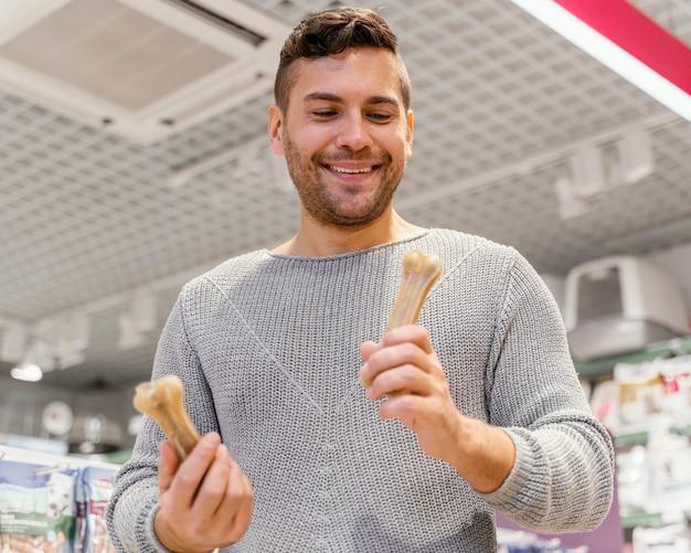 Мужчина держит кости для своего питомца