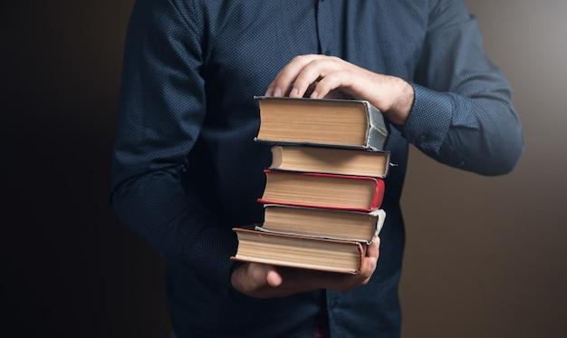 갈색 표면에 그의 손에 책을 들고 남자