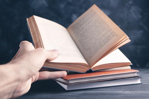 책을 들고 남자, 책을 읽고