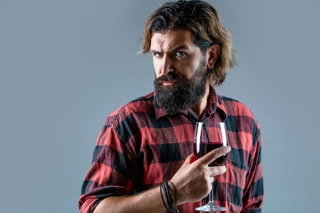 Мужчина держит бутылку с шампанским, вином. бутылка, бокал для красного вина