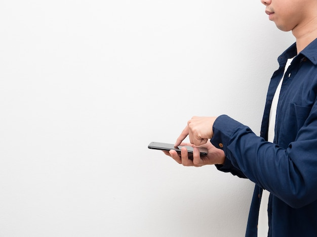 コピースペースの側面図で買い物をするための携帯電話とタッチスクリーンを持っている男