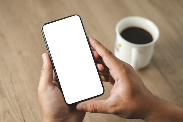 Мужчина держит мобильный телефон с пустым экраном