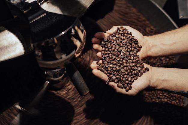 コーヒー豆を持っている男