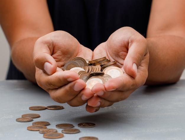 男の手のひらにコインを保持しています。