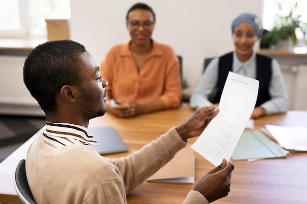 Мужчина держит контракт на новую работу в офисе после собеседования