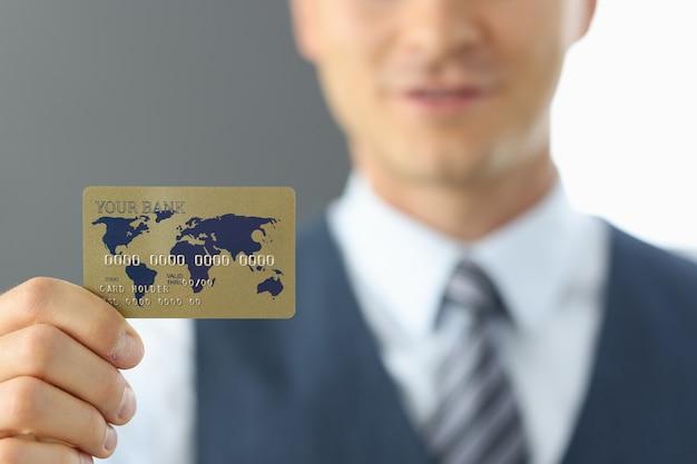 남자 지주 신용 카드를 닫습니다.