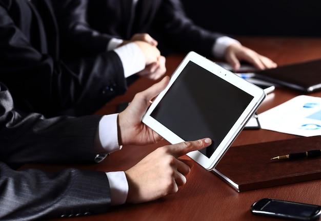 デジタルタブレット、クローズアップを保持している男