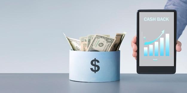 Человек, держащий цифровой планшет с текстом возврата денег. экономия финансовой концепции.