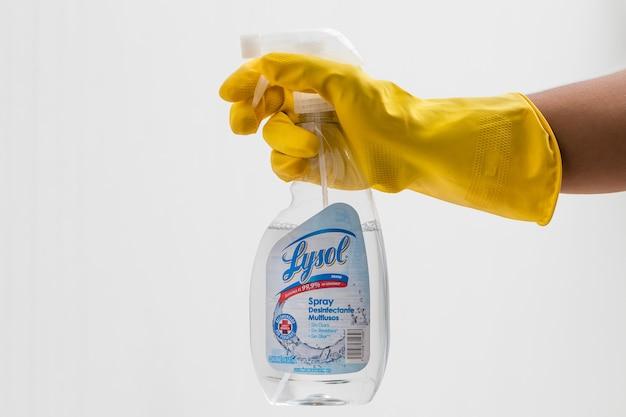 Uomo che tiene una bottiglia di disinfettante