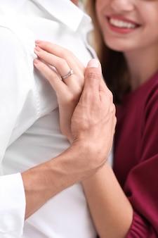 Мужчина держит руку невесты с обручальным кольцом, крупным планом
