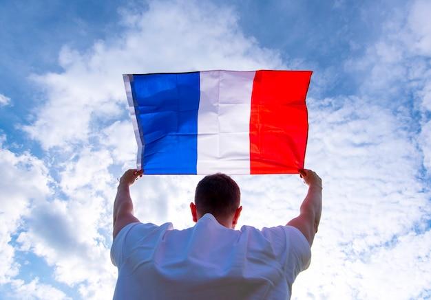 Мужчина держит флаг франции, концепт картинки