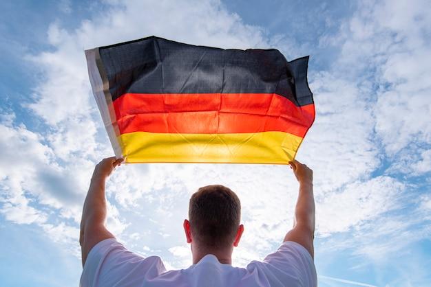 Мужчина держит флаг германии, концепт картинки