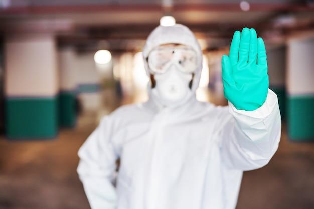 一時停止の標識として手を握っている男。コロナウイルスの概念からの保護。