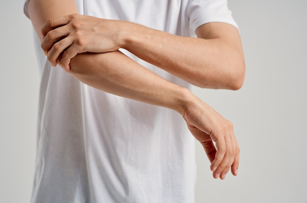 Человек, держащий руку лечение боли в суставах