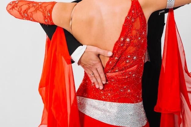 Мужчина держит руку на спине женщины
