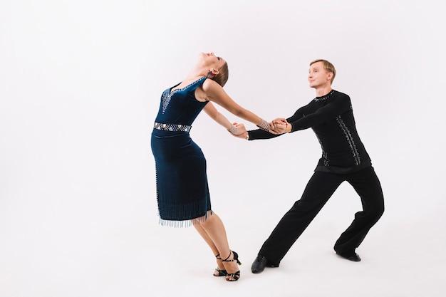 춤추는 동안 여자의 손을 잡고 남자