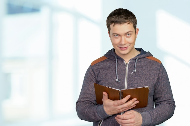 Мужчина держит тетрадь