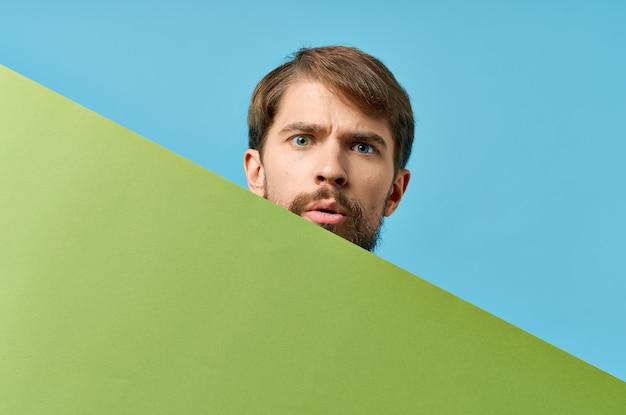 彼の前に保持している男と緑のバナークロップドビューマーケティング孤立したフォーム