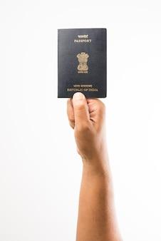 흰색 배경 위에 인도 여권을 들고 있는 남자, 선택적 초점