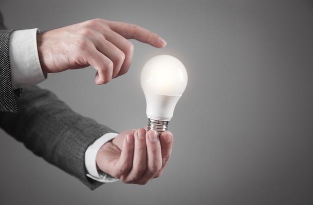 Человек, держащий лампочку