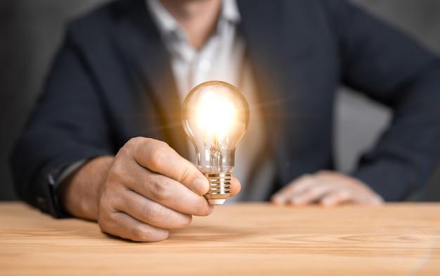 電球を持っている人新しいアイデア革新的な技術と創造性