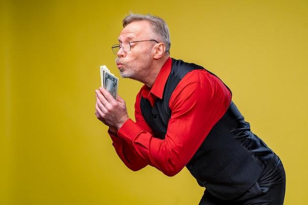 남자 손에 달러 지폐를 많이 들고