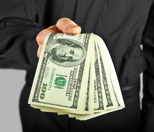 Мужчина держит деньги в руках доллар сша